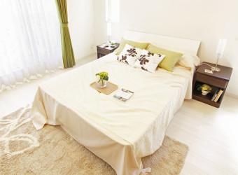 Cama en dormitorio blanco