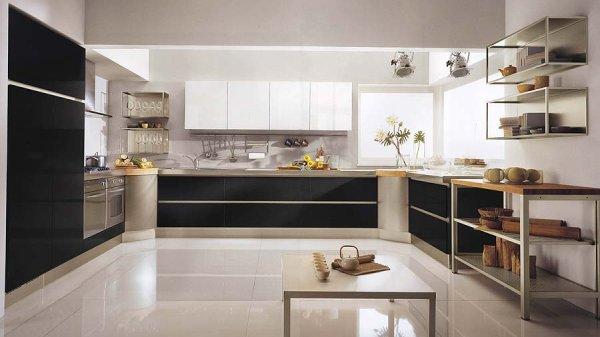 Amplia cocina en blanco y negro