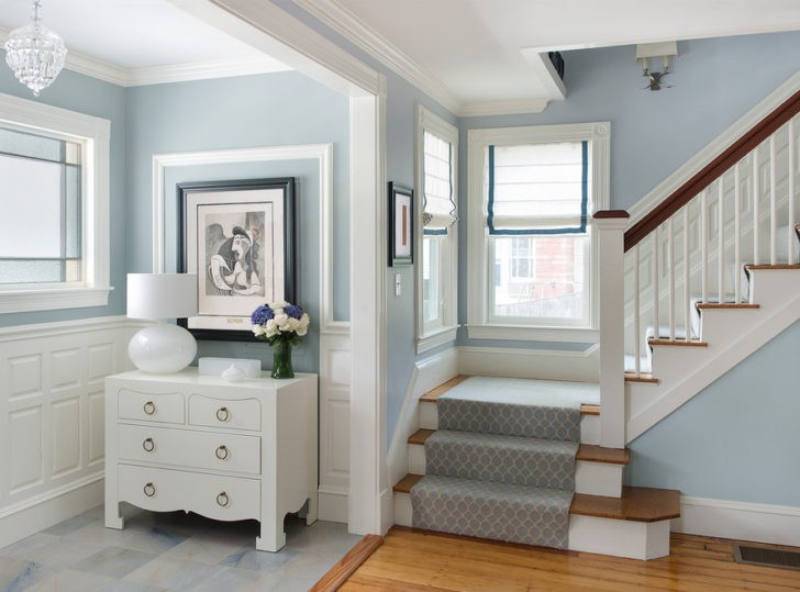 Escalera paredes grises