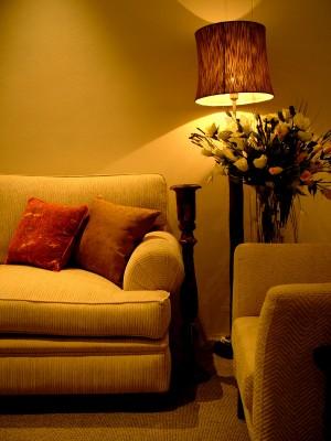 Sofa y lampara