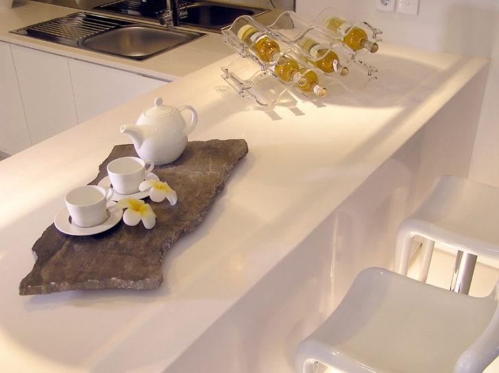 Cocina con barra blanca