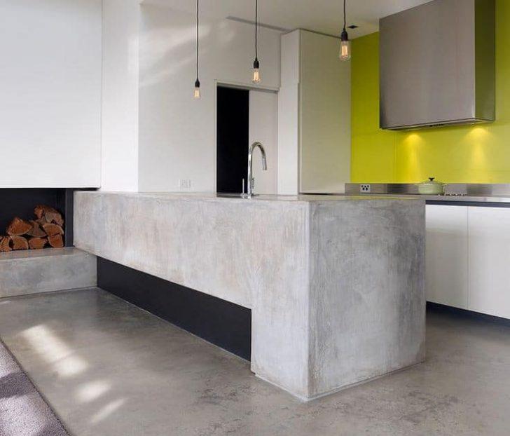 Mesa en la cocina microcemento