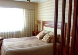 Un dormitorio en beige
