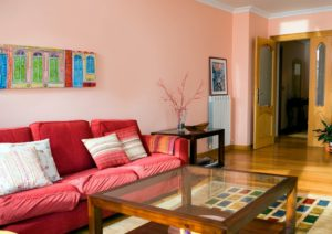 Decoración de un salón comedor de paredes de color rosa