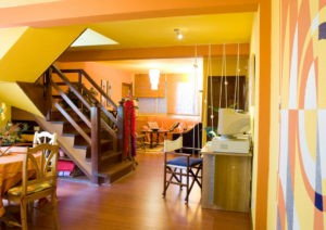 Antes y después de la redecoración de un apartamento amarillo