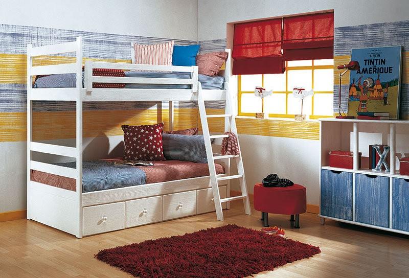 Habitación para varones en azul, rojo y amarillo