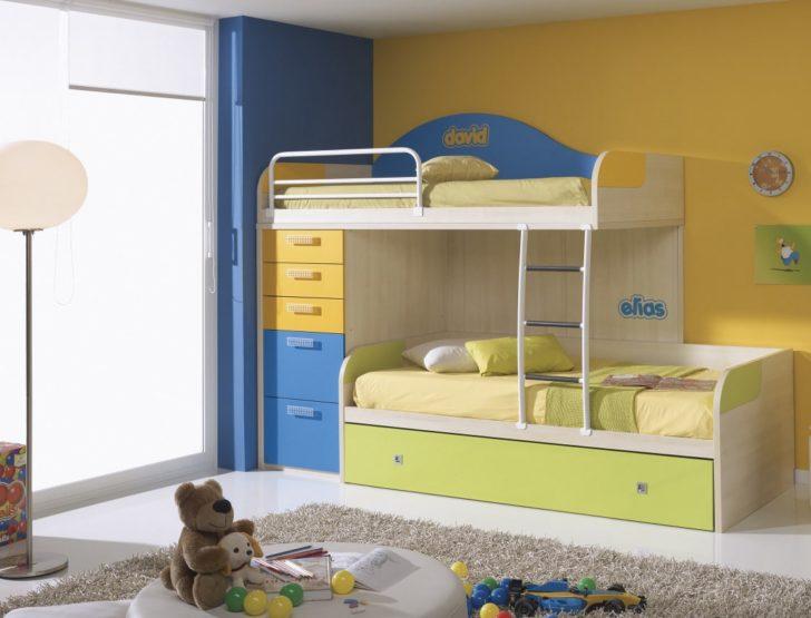 Habitación de niño azul y amarilla