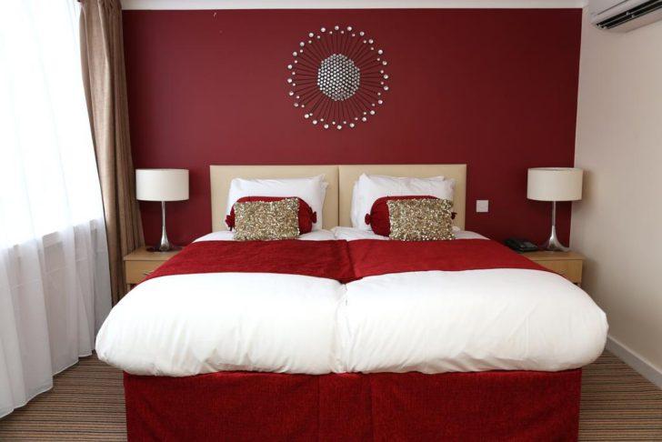 Dormitorio pared borgoña