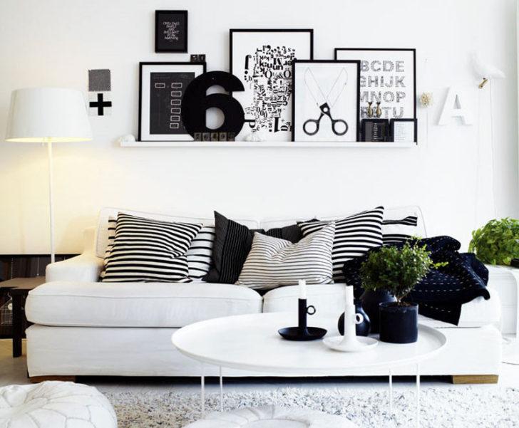 Pared blanca, cuadros sobre el sofá