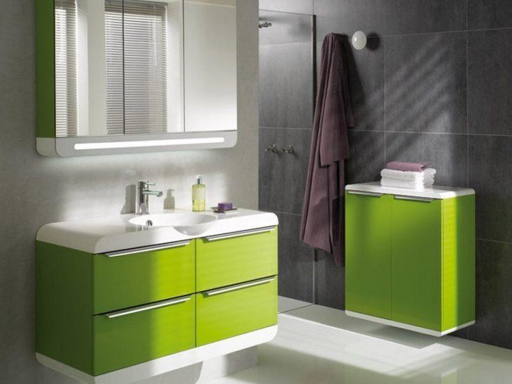 Baño con muebles verdes