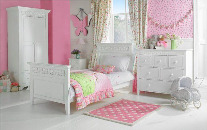 Habitación de niña rosa y blanco