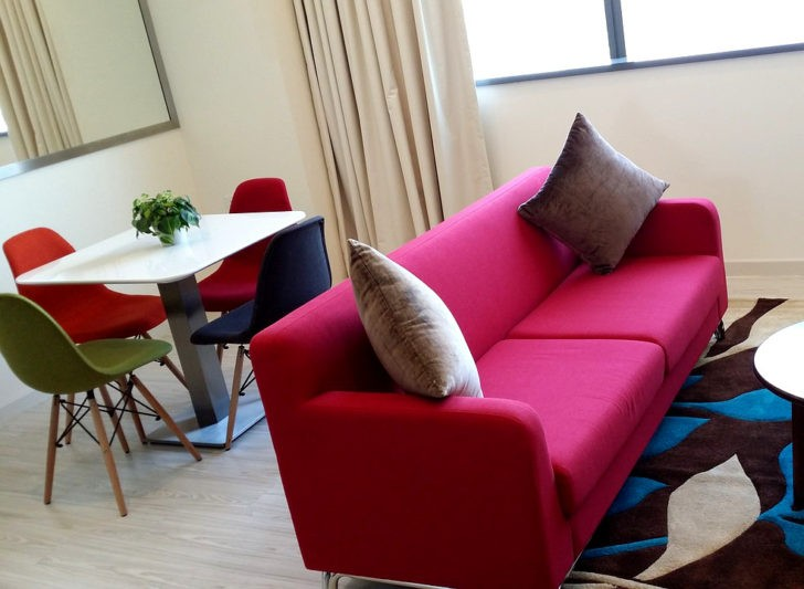 Sofa fucsia salon