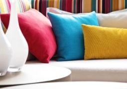 Decora con almohadones de colores varios