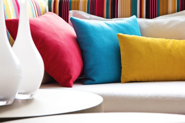 Decora con almohadones de colores varios casa y color - Coussins colores design ...
