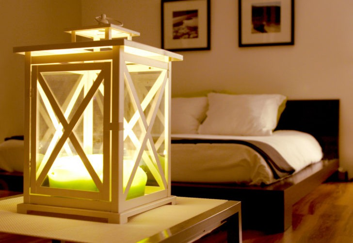 Lámpara de velas en el dormitorio