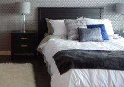Usando almohadones para decorar la cama