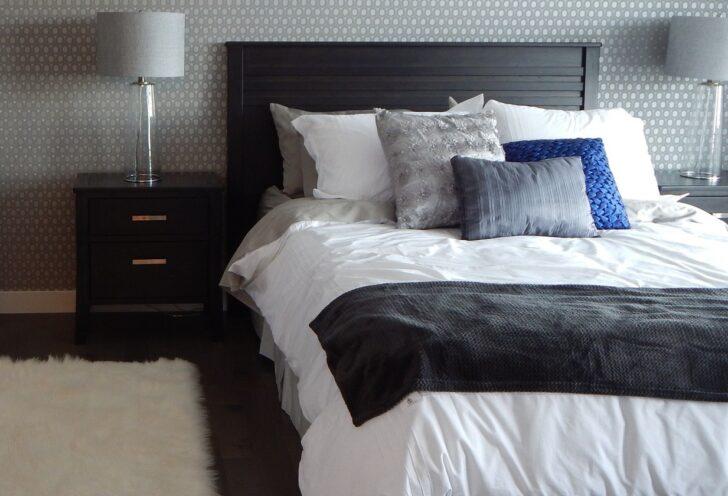 Dormitorio gris con almohadas