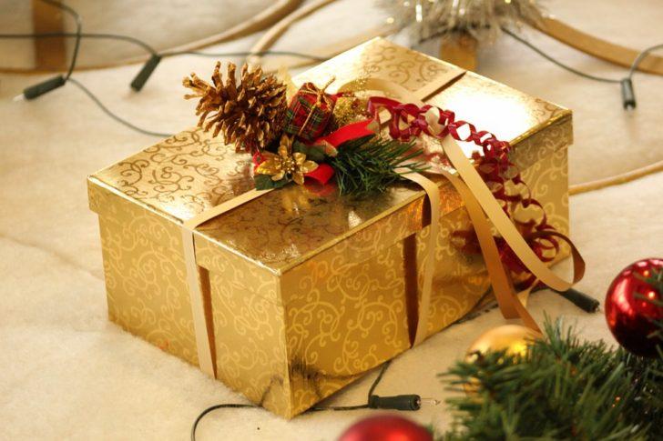 Caja de regalo dorada