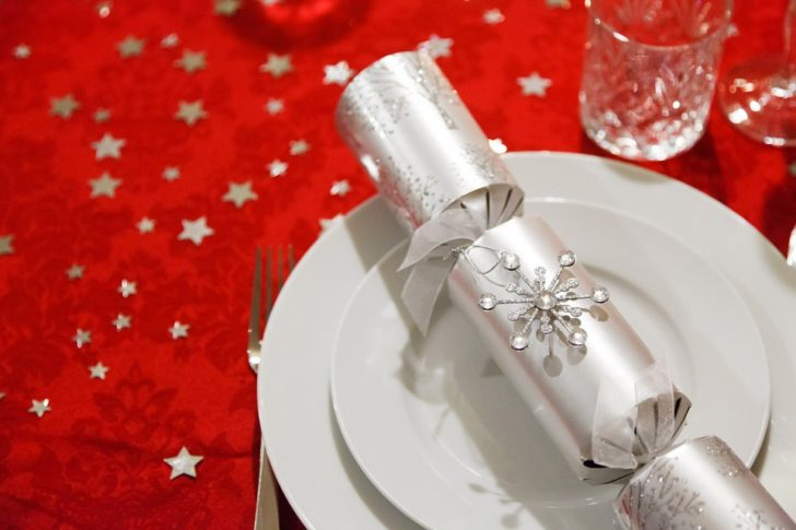 mesa plateado y rojo