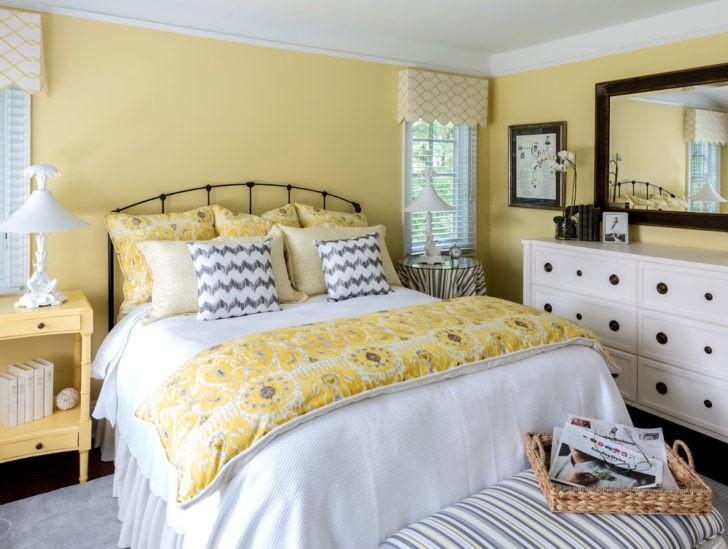 Dormitorio amarillo palido
