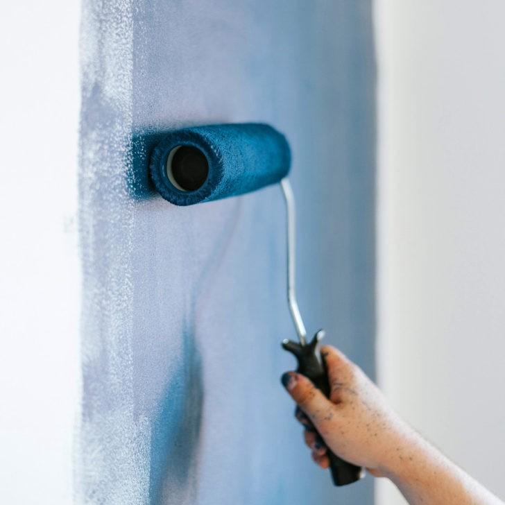 Rodillo con pintura azul