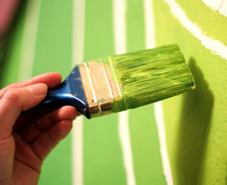 Pintando con pintura verde