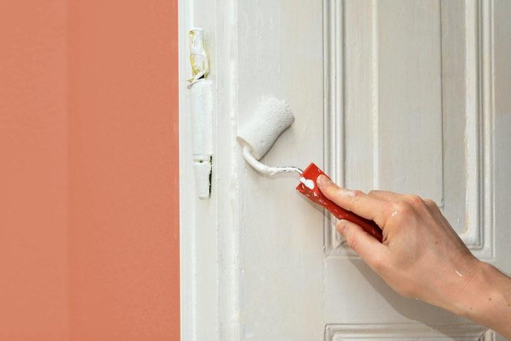 Pintando puerta blanca
