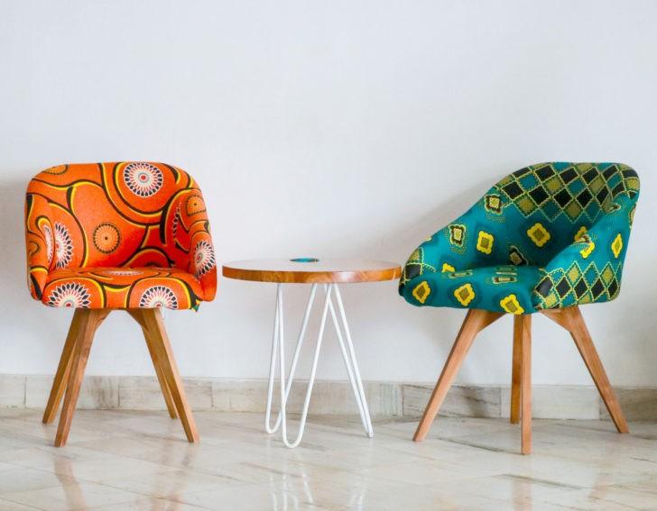 Sillas tapizadas en colores vistosos
