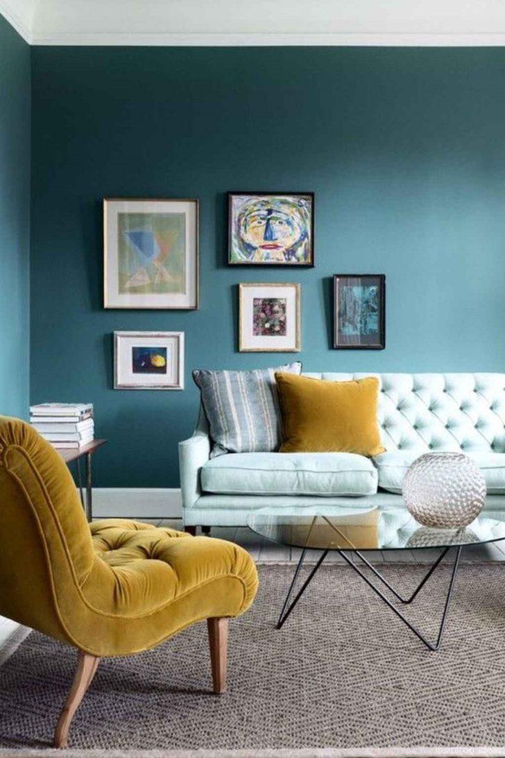 Paredes colores azul teal y sofá amarillo y blanco