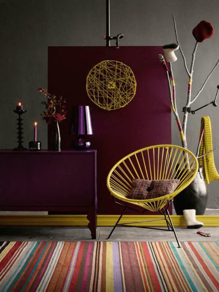 Ambiente interior mostaza, violeta y gris
