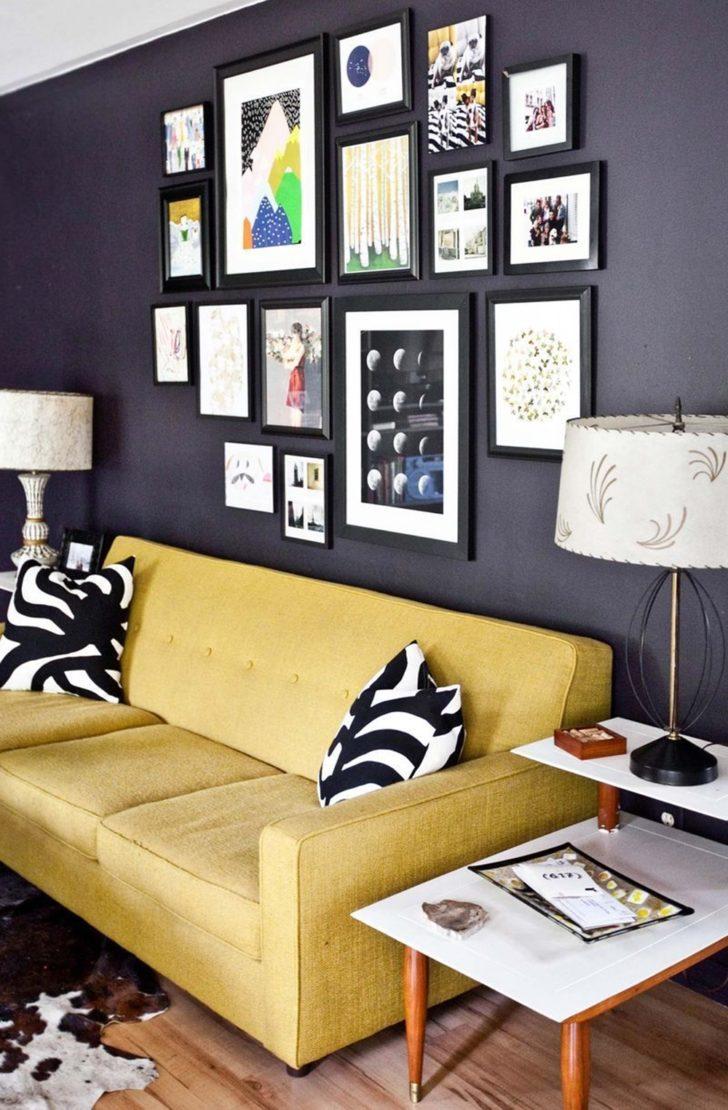 Pared negra y sofá mostaza